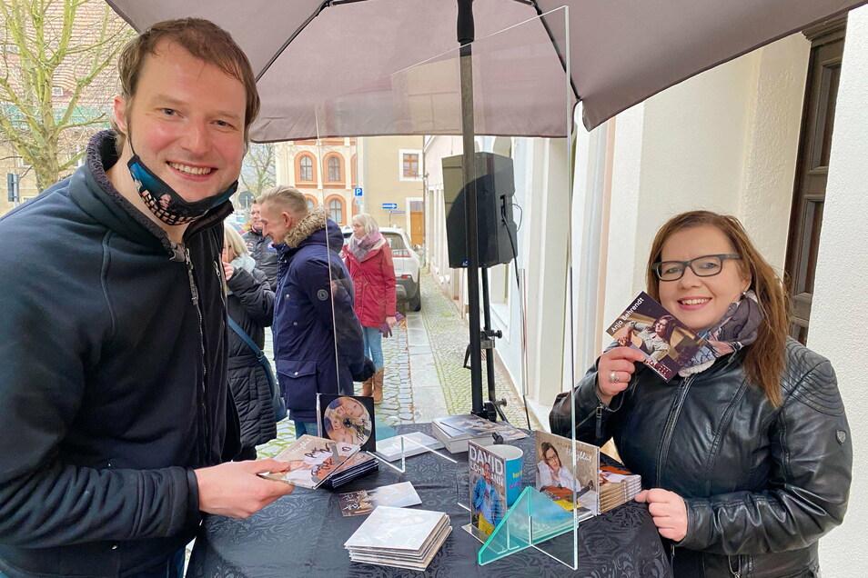 """Vor der Bodega No.6 signierte Sängerin Anja Behrendt aus Eibau ihre erste CD """"Herzblut"""". Auch zwei weitere Künstler verkauften ihre Tonträger."""