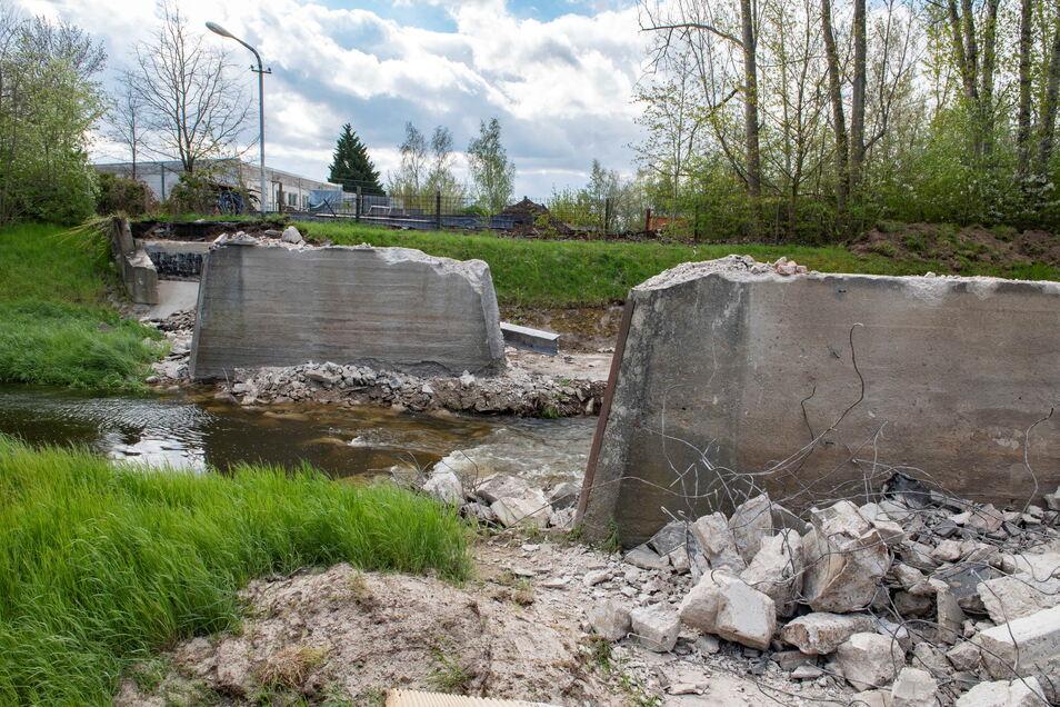 Quasi über Nacht abgerissen wurde die Brücke über den Röderneugraben. Zeitnah beginnt nun der Neubau.