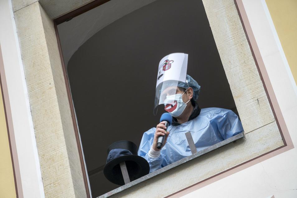 Bürgermeister Jörg Jeromin am Rathausfenster: Der Stadtchef hatte sich Corona-gemäß verkleidet. Neben dem Rathausschlüssel ließ er den Narren eine übergroße Spritze auf den Fußweg herunter.