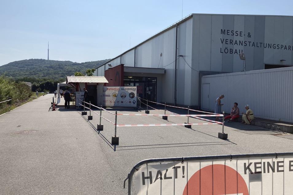 Das Impfzentrum des Landkreises in der Löbauer Messehalle.