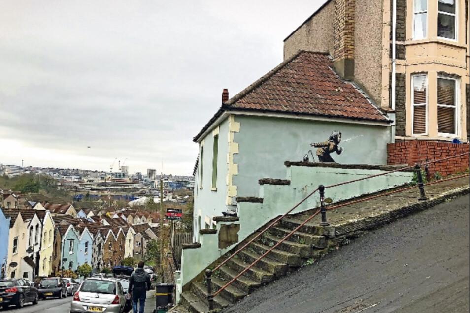 Eine alte Frau niest so heftig, dass ihr Gebiss wegfliegt. Das Bild, das plötzlich an einer Hauswand in der Vale Street in Bristol erschien, gilt als das neueste Kunstwerk des Straßenkünstlers Banksy.