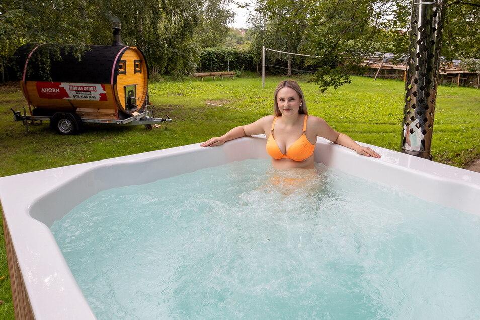 Zum mobilen Saunapark gehört auch dieser Freiluft-Whirlpool, hier besetzt von Daria Horn, der Nichte des Chefs.
