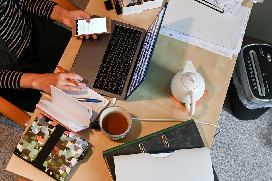 Wenn möglich sollen Arbeitgeber ihren Mitarbeitern ermöglichen im Homeoffice zu arbeiten.