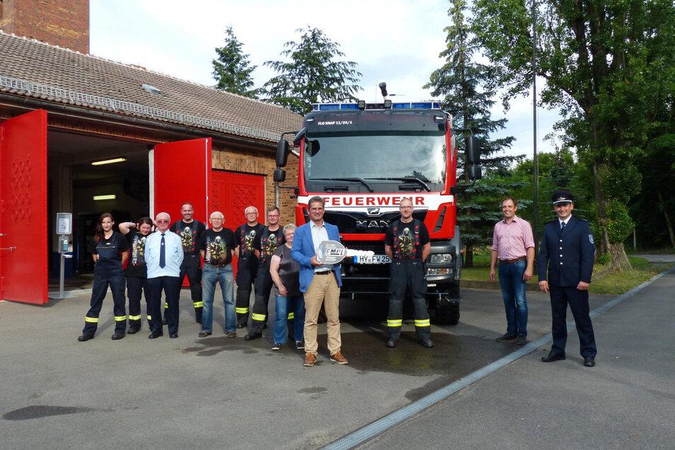Ortswehrleiter David Brinner (3. v. r.) bekam den symbolischen Schlüssel für das neue Einsatzfahrzeug der Freiwilligen Feuerwehr Knappenrode überreicht.