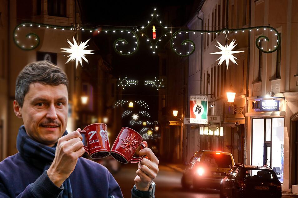 Kai Grebasch, Zittauer Stadtmarketingchef, zeigt die 2019 eingeführten Tassen für den Weihnachtsmarkt und erklärt im SZ-Interview, warum die Zahl der weihnachtlichen Straßenüberspanner reduziert wird.