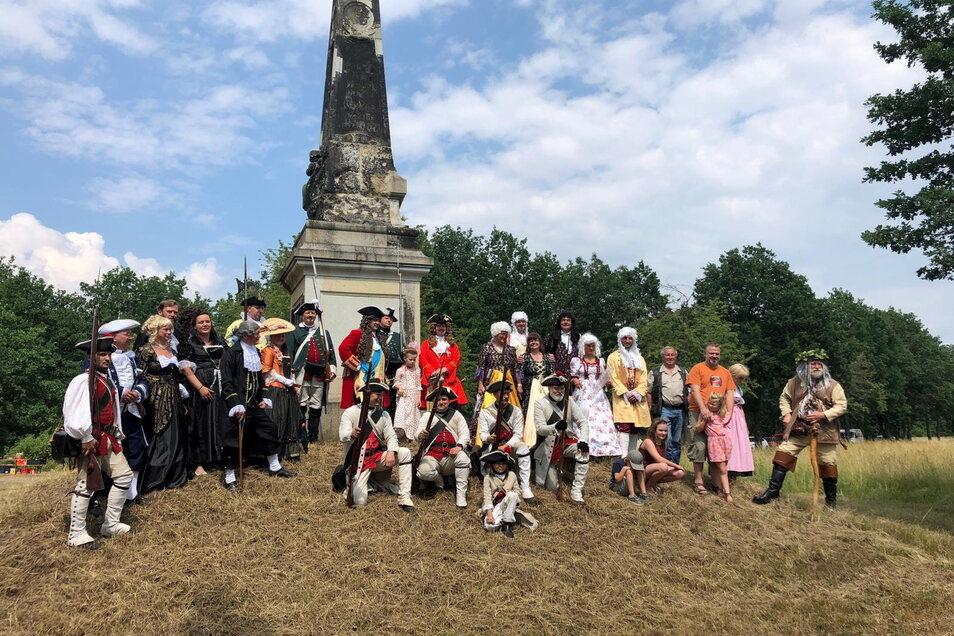 Die drei Vereine trafen sich in historischen Kostümen am Zeithainer Obelisken.