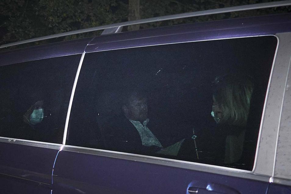 Die Niederländische Königsfamilie kommt im Auto im Schloss Huis ten Bosch an.