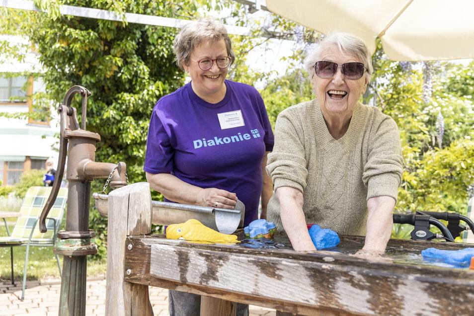 Augenblicke der Gemeinschaft: Der Beruf der Pflegefachkraft bringt Menschen unterschiedlichen Alters zusammen.