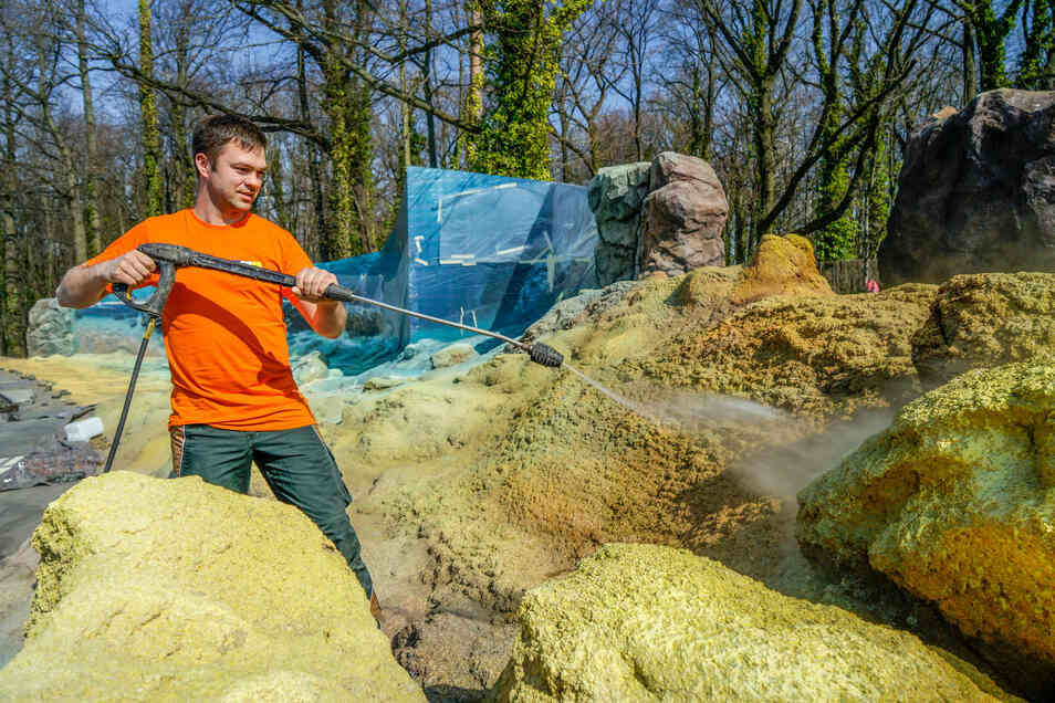 Mit einem Hochdruckreiniger putzt Saurierpark-Mitarbeiter Jens Beddis Steine in der Themenlandschaft LaVaris. Mit einem Vulkan und brodelnden Tümpeln vermittelt sie Besuchern einen Eindruck der Zeit vor rund 540 Millionen Jahren. Im Hintergrund ist eine neu entstandene Illusionswand zu sehen, die ein Dresdner Kulissenbauer geschaffen hat.