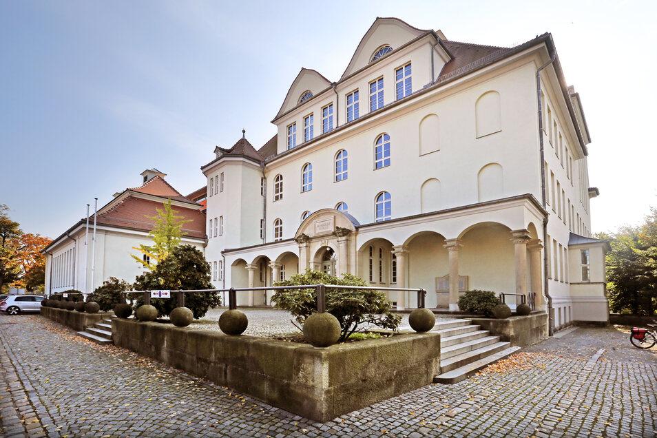 Das Humboldt-Gymnasium Radeberg wurde 2000 aufwändig saniert und durch einen Anbau erweitert. Jetzt reicht die Kapazität aber nicht mehr aus.