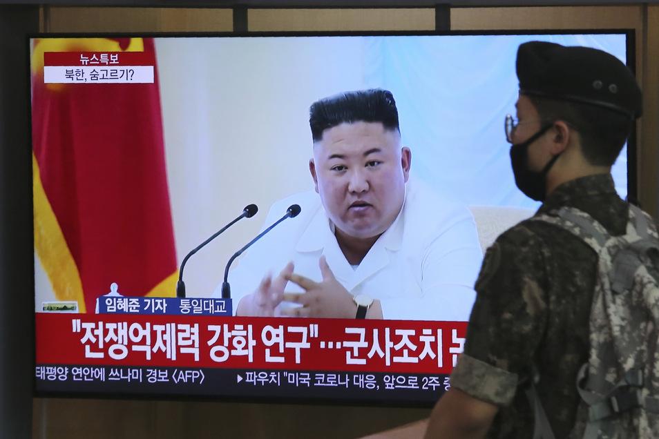 Ein Soldat der südkoreanischen Armee geht an einem Fernseher vorbei, während eine Nachrichtensendung über den nordkoreanischen Machthaber Kim Jong Un berichtet.