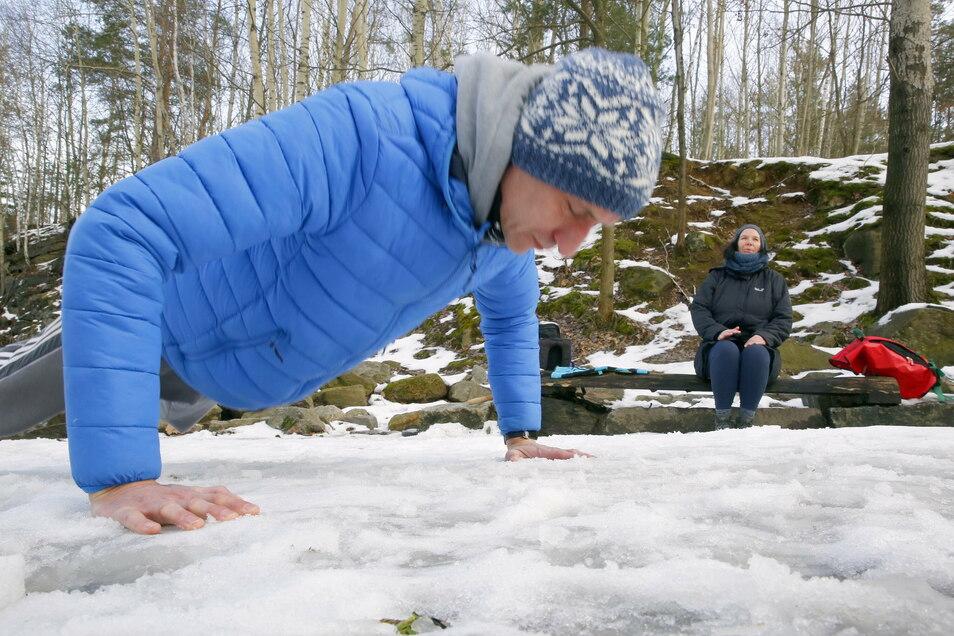 """Auch Jens Würtenberger liebt das Eisbaden. Sonntags trifft er sich mit Gleichgesinnten am Steinbruch. Sie nennen sich die """"Eis-Diele""""."""