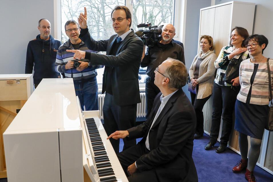Bei der Schlüsselübergabe im neuen Kultur- und Gästehaus der Firma C. Bechstein setzten sich die Gäste unter Leitung von Schulleiter Sven Rössel gern ans Klavier.