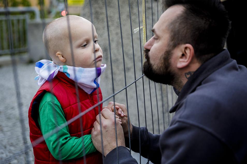 Auch sie müssen nicht länger durch den Grenzzaun Kontakt halten, nachdem die polnische Regierung die Auflagen für Berufspendler erleichterte.