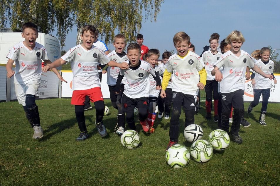 Ran an den Ball heißt es für junge Spieler bis zwölf Jahren beim Fußballcamp in Radebeul. Symbolbild