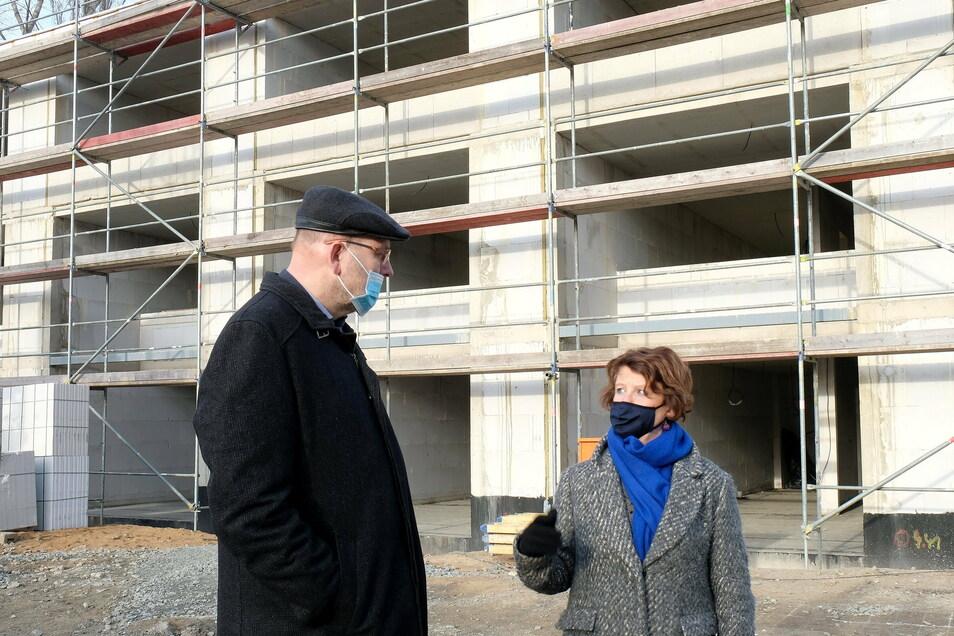 SEEG-Chefin Birgit Richter und OB Olaf Raschke auf der Baustelle am Albert-Mücke-Ring 1. Hier entstehen insgesamt 15 Reihenhäuser.