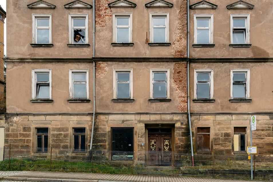 Der Zustand des Hauses ist schlecht. Noch immer ragt ein Balken aus einem Fenster links oben.