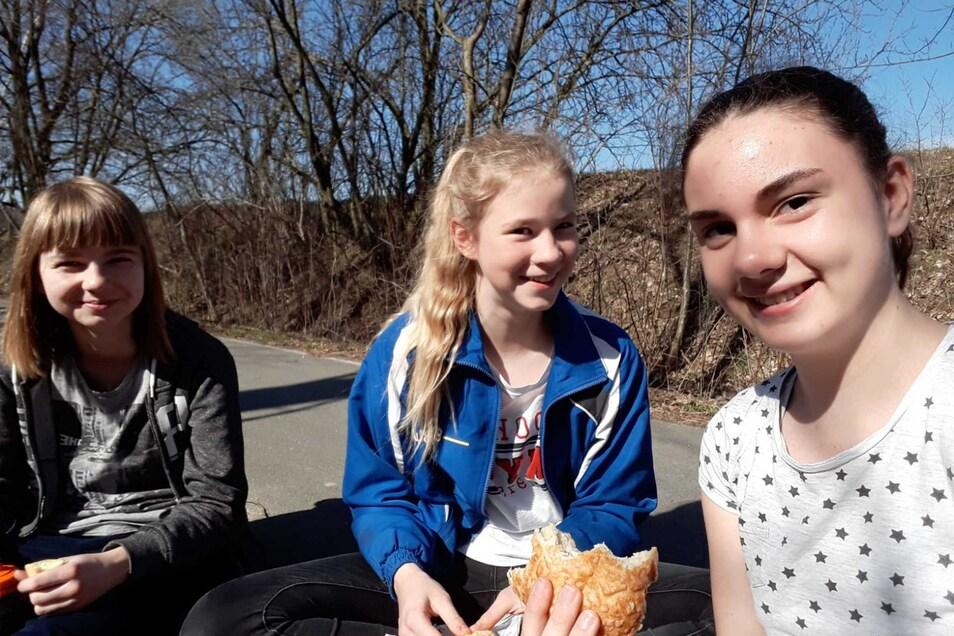 Die drei Mädels vom Geschwister-Scholl-Gymnasium haben die Müllsammlung in Löbau initiiert: Tina, Chiara und Emily (von links).