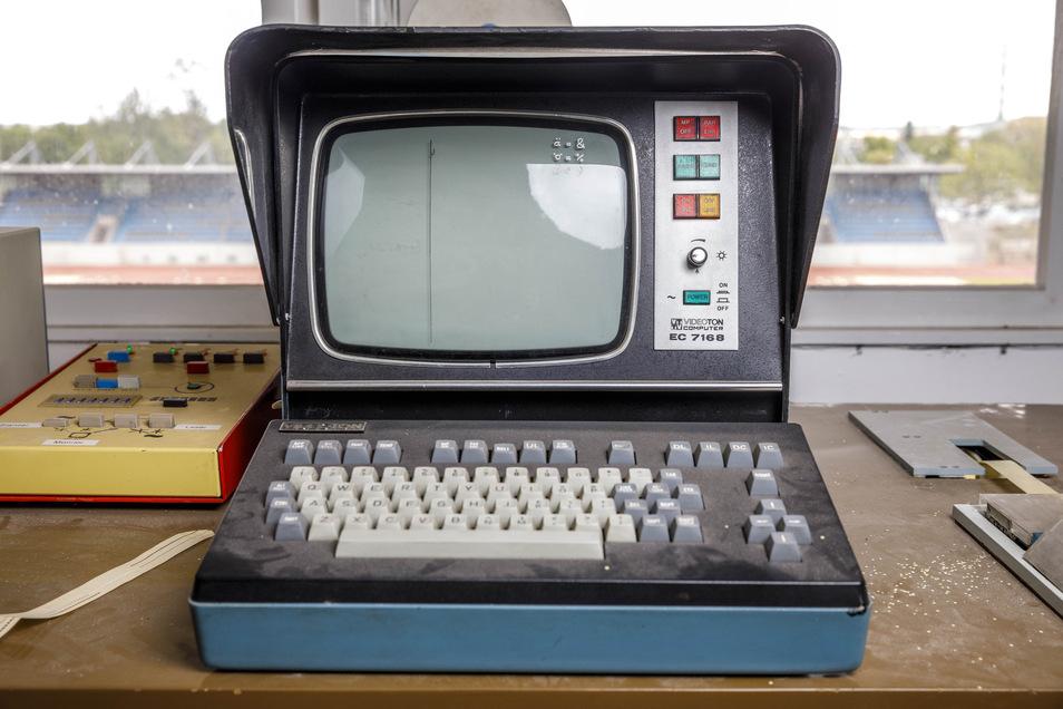 Im Schreibbüro auf der Steintribüne wurden über einen Monitor die Ergebnisse an die Anzeigetafel übermittelt.