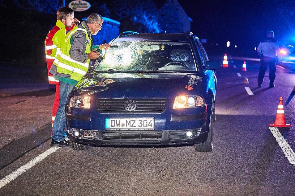 Beamten vom Verkehrsunfalldienst der Polizei Dresden, ein Gutachter der Dekra und Mitarbeiter der Verkehrsunfallforschung der TU Dresden haben nach dem tödlichen Unfall im vergangenen Oktober die Unfallstelle untersucht.