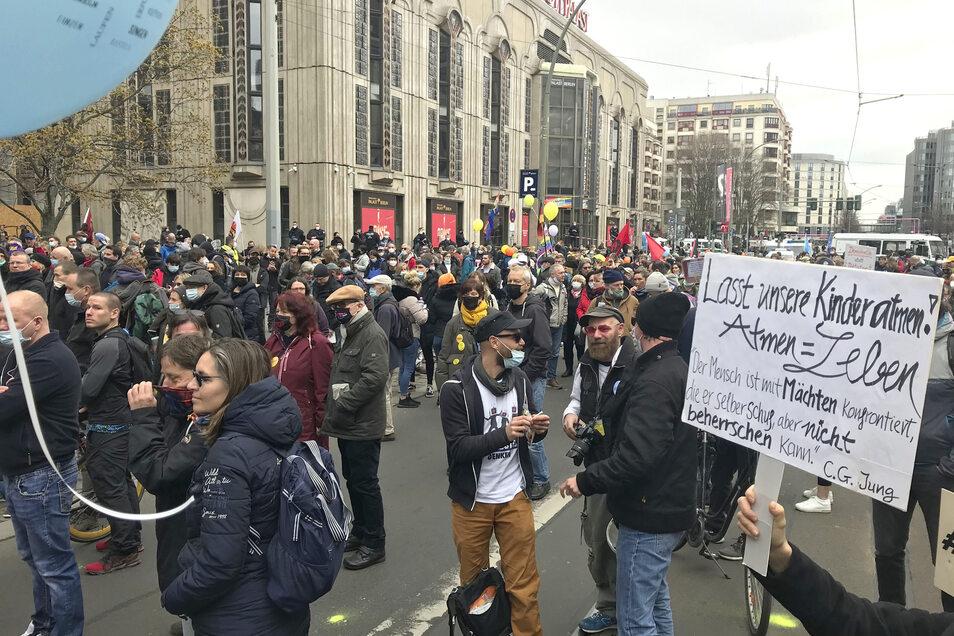 """Querdenker"" demonstrieren gegen die Coronamaßnahmen der Regierung."