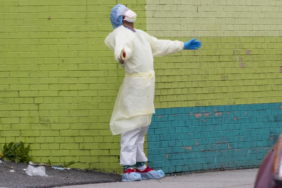 USA, New York: Ein Arzt des Ärzteteams des Elmhurst Hospital Center atmet auf, nachdem er im New Yorker Stadtteil Queens die Notaufnahme verlassen hat.