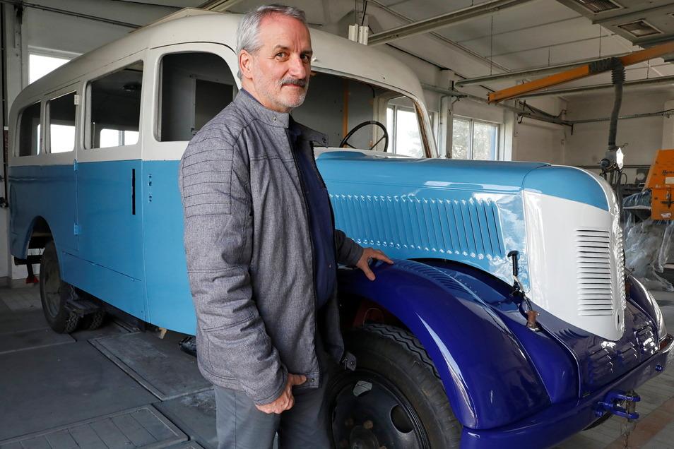 Zeitsprung-Mitarbeiter Peter Hoyer vor dem frisch lackierten Phänomen Granit 27, der einst in Zittau gebaut wurde.