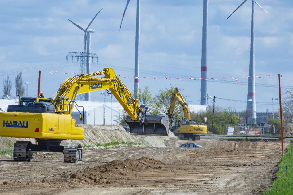 Sieht aus wie eine Straßenbaustelle, ist aber keine: Bei Zeithain wird gerade eine neue Ferngasleitung in der Erde versenkt. Sie löst eine Trasse von 1955 ab.