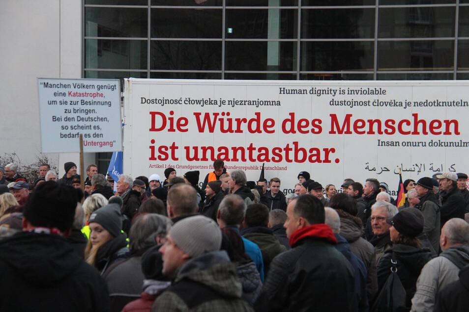 """Das Theater Bautzen setzte ein klares Zeichen zum Geschehen vor seinem Haus. In mehreren Sprachen war zu lesen: """"Die Würde des Menschen ist unantastbar""""."""
