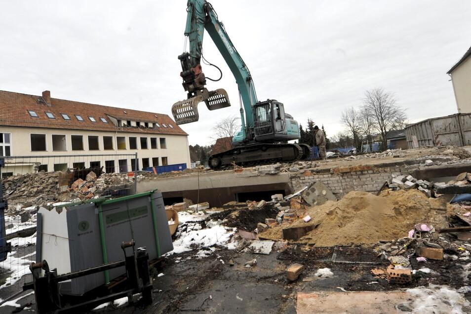Mit schwerer Technik rückte die Firma Kurylyszzyn aus Beeskow am Montag zum Abriss des Schulgebäudes an der Hoyerswerdaer Straße in Schleife an. Inzwischen ist der Verbindungsgang der beiden Schulen schon weg.