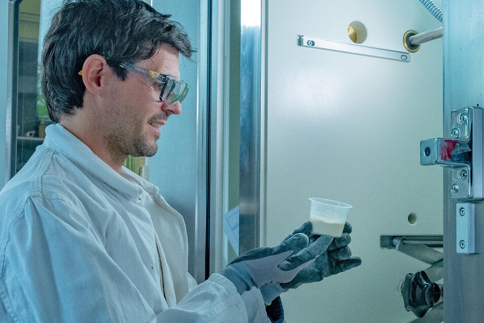 Im Vakuumofen befreit Karsten Jahn die Masse von Lufteinschlüssen. Danach wird sie von Hand geformt.