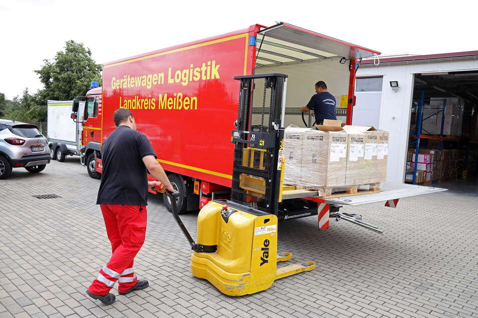 Kameraden des Arbeiter-Samariter-Bundes Riesa beladen den Hilfs-Lkw mit Entfeuchtungsgeräten und Notstromaggregaten. Am Dienstag geht die Fluthilfe Richtung Bergisch-Gladbach.