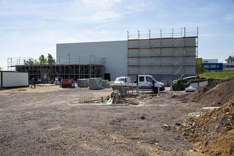 """Die Baustelle der neuen Dreifeldhalle in Bannewitz. Zu Beginn des neuen Schuljahres soll es hier: """"Sport frei"""" heißen."""