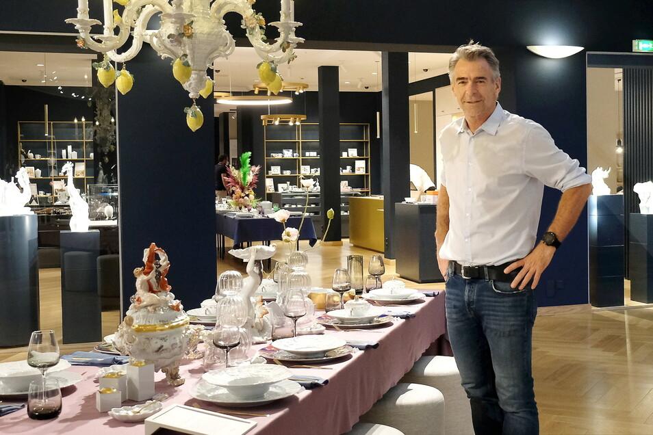 Da würde man gern Mittagsgast sein. Manufaktur-Geschäftsführer Tillmann Blaschke steht vor seinem Lieblingstisch im neu aufgebauten und eingerichteten Store im Meißner Triebischtal.