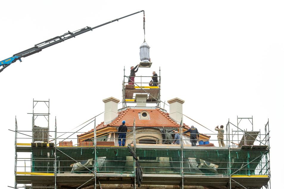 Gut verpackt hängt die Ziervase am Dienstag am Kranhaken über dem Hellhaus in Moritzburg.