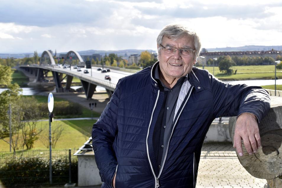 Rudolf Kusche vor der Waldschlößchenbrücke. Der erfahrene Fachmann hatte 1988 mit seinem Team diesen Entwurf einer Schrägseilbrücke geplant.