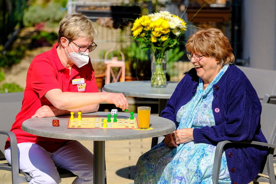 Christine Wirth und die Leiterin der ASB Tagespflege Boxdorf, Kerstin Wunderlich, beim Spielen auf der Terrasse der Einrichtung.