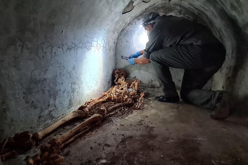 Auf das Grab mit dem Skelett stießen die Forscher während Ausgrabungen am Friedhof Porta Sarno im Osten der antiken Römer-Stadt.