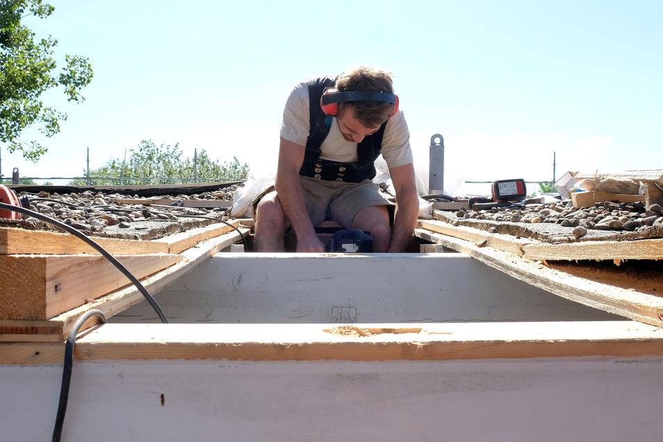 Handwerker auf dem Dach der Förderschule Meißen. Hier müssen schnell undichte Stellen repariert werden. Das kostet fast 600.000 Euro.