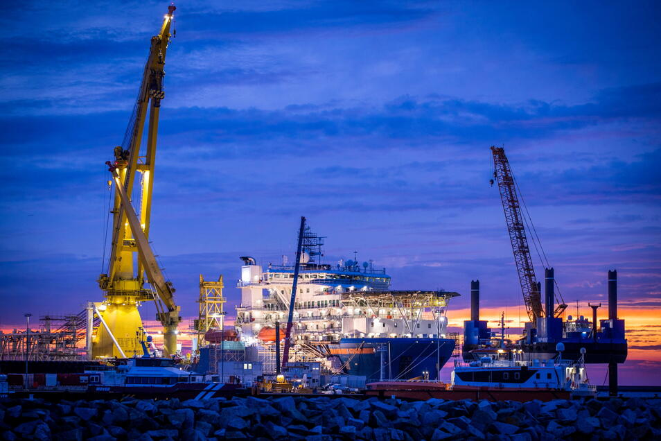 Das russische Verlegeschiff «Akademik Tscherski» liegt im Hafen Mukran auf der Insel Rügen. Das Spezialschiff wurde im Hafen für seinen Einsatz zum Weiterbau der Ostsee-Pipeline Nord Stream 2 vorbereitet.