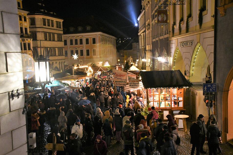 Blick von der Rathaustreppe auf das Treiben beim Schlesischen Christkindelmarkt in Görlitz