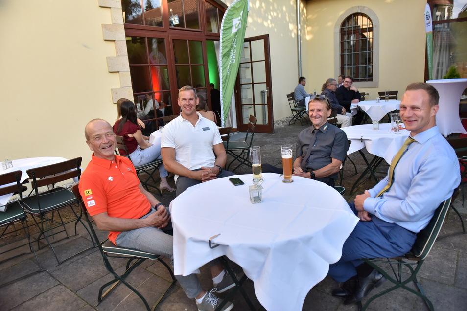 Vor der Preisverleihung war Zeit für ein paar entspannte Gespräche im Hof von Schloss Burgk. Zusammen am Tisch sitzen Bobtrainer Gerd Leopold, Anschieber Candy Bauer vom Bobteam Friedrich, Sportbund-Geschäftsführer Dietmar Wagner und Bobpilot Francesco Friedrich.