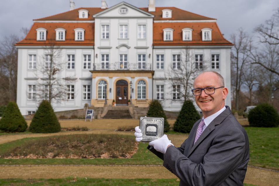 Original und Nachdruck: Edelmetall-Händler Oliver Heuschuch präsentiert einen fünf Kilo schweren Silberbarren, der Güldengossa zeigt.