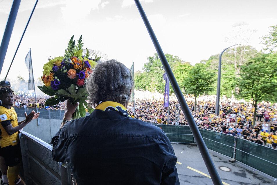 Ein letzter Gruß: Ralf Minge winkt zu den Fans, verneigt sich immer wieder. Nach sechseinhalb Jahren endet seine zweite Amstzeit als Sportgeschäftsführer bei Dynamo. Wird er in anderer Funktion zurückkehren?