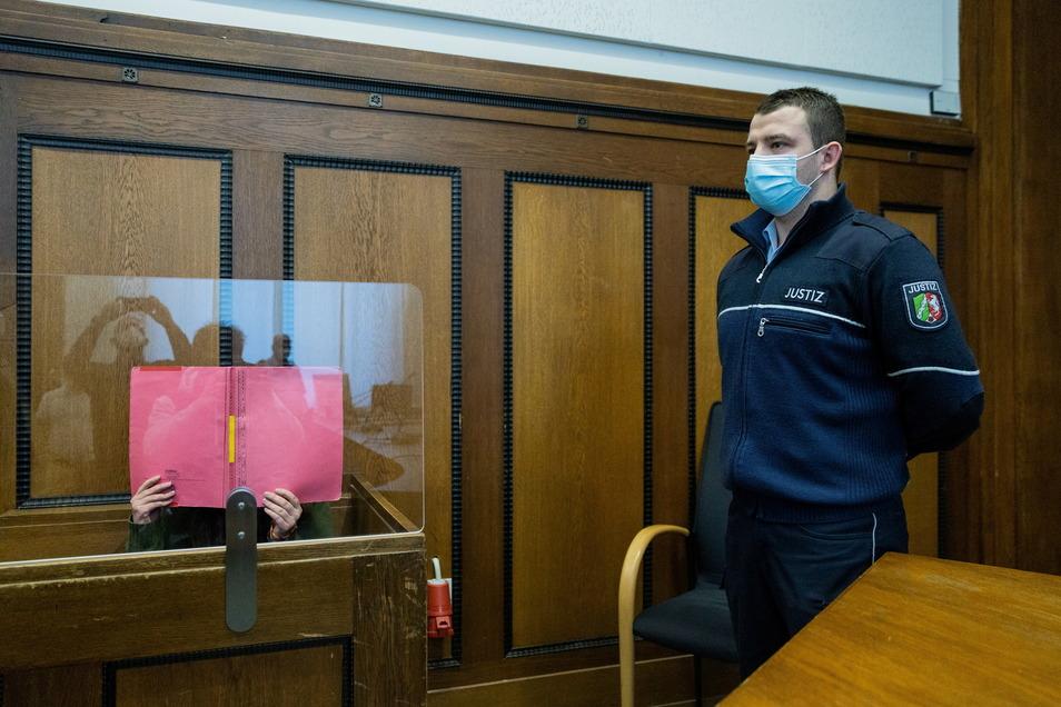 Die Angeklagte Erzieherin sitzt in einem Gerichtssaal des Landgerichts Mönchengladbach und erwartet das Urteil.