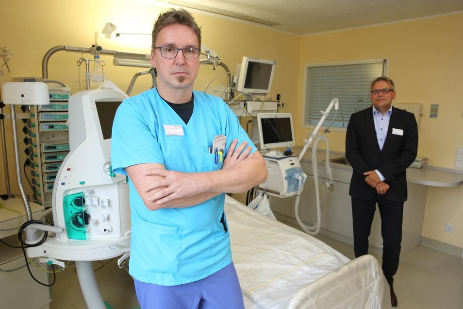 Dr. Rüdiger Soukup (l.), Chefarzt für Innere Medizin im Kamenzer Malteser Krankenhaus, und Klinik-Chef Sven Heise sagen, dass das Corona-Virus unterschätzt werde. Die Klinik rechnet aber für eine nächste Welle nicht mehr mit so vielen Schwerkranken.