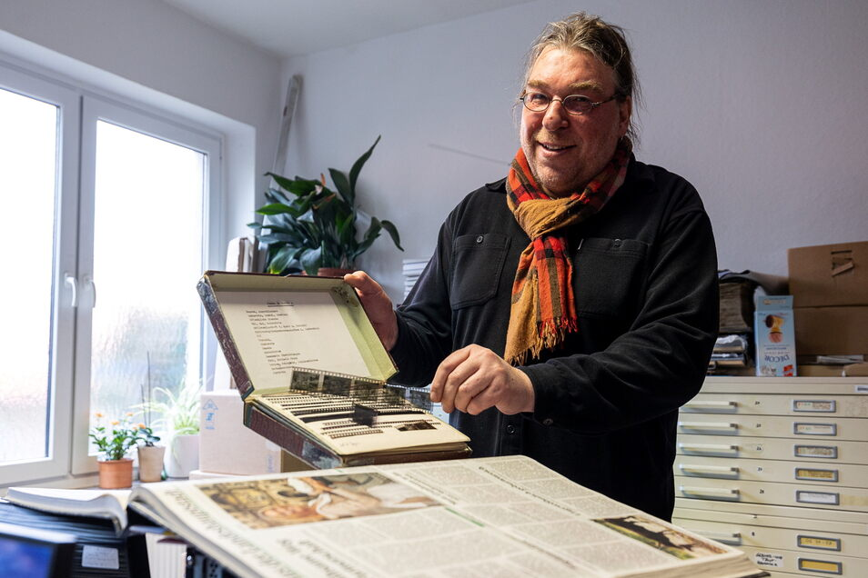 Museumsleiter Thomas Klein zeigt einen der Negativstreifen mit alten Zeitungsfotos, die bald auch in der Dauerausstellung im Dippser Museum zu sehen sind.