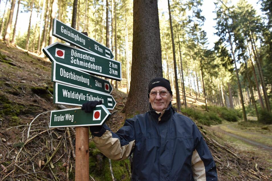 Alles neu: Nachdem der komplette Wegweiser in Waldidylle gestohlen wurde, hat Eberhard Pohl diesen nun wieder neu aufgestellt.