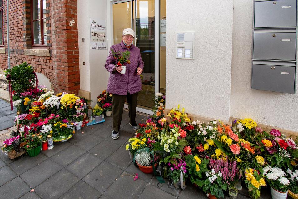 Helga Schnabel ist tief betroffen. Sie war eine von Clemens Ottos Patienten. Indem sie Blumen vor der Praxis abstellt, nimmt sie von ihrem Hausarzt Abschied.