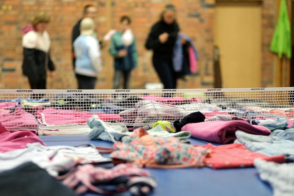 Bei einem Ballspiel konnten sich die Schüler bis zu fünf Kleidungsstücke erwerfen.